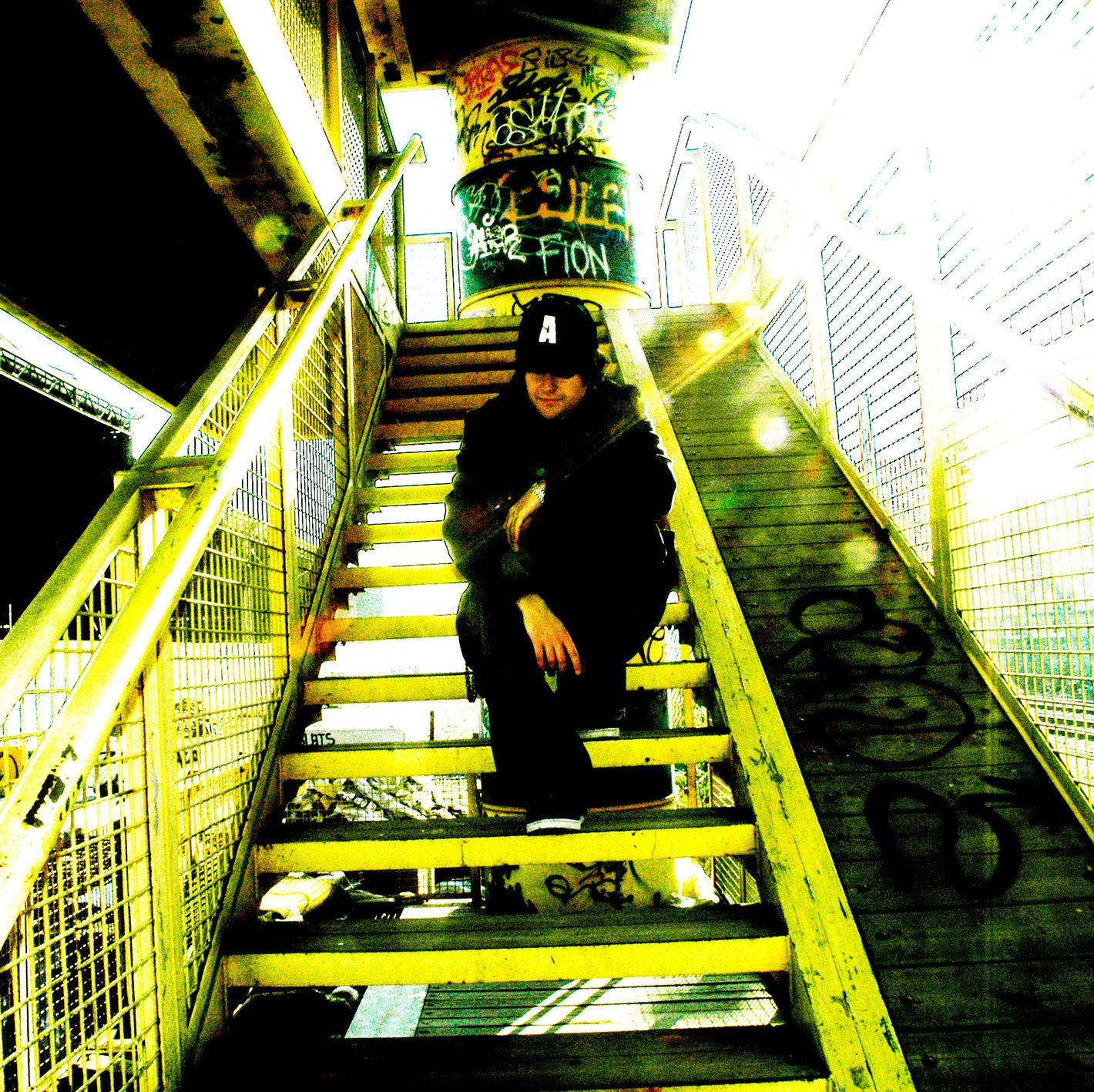 rapero en escaleras soledad rap triste soledad